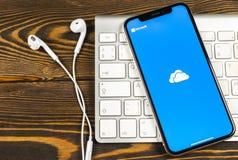 Microsoft OneDrive podaniowa ikona na Jabłczany X iPhone parawanowym zakończeniu Microsoft app onedrive ikona Microsoft Office On zdjęcie stock
