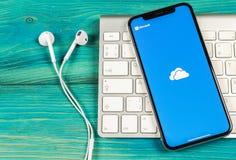 Microsoft OneDrive podaniowa ikona na Jabłczany X iPhone parawanowym zakończeniu Microsoft app onedrive ikona Microsoft Office On obrazy stock
