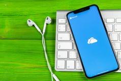 Microsoft OneDrive podaniowa ikona na Jabłczany X iPhone parawanowym zakończeniu Microsoft app onedrive ikona Microsoft Office On zdjęcia royalty free