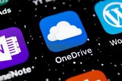 Microsoft OneDrive podaniowa ikona na Jabłczany X iPhone parawanowym zakończeniu Microsoft app onedrive ikona Microsoft Office On obraz royalty free