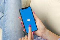 Microsoft OneDrive podaniowa ikona na Jabłczanym iPhone X ekranie w kobiet rękach Microsoft app onedrive ikona Microsoft Office O zdjęcia royalty free