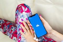 Microsoft OneDrive podaniowa ikona na Jabłczanym iPhone X ekranie w kobiet rękach Microsoft app onedrive ikona Microsoft Office O obrazy stock
