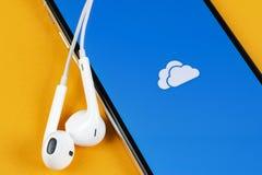 Microsoft OneDrive podaniowa ikona na Jab?czany X iPhone parawanowym zako?czeniu Microsoft app onedrive ikona Microsoft Office On obraz stock