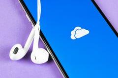 Microsoft OneDrive podaniowa ikona na Jab?czany X iPhone parawanowym zako?czeniu Microsoft app onedrive ikona Microsoft Office On fotografia stock