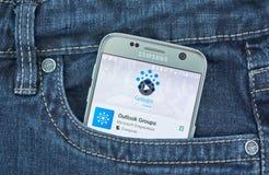 Microsoft Outlook agrupa a aplicação móvel na tela de Samsung imagem de stock