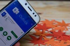 Microsoft Outlook App na tela de Smartphone Microsoft Outlook é um freeware fotos de stock