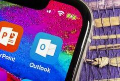 Microsoft Outlook biurowa podaniowa ikona na Jabłczany X iPhone parawanowym zakończeniu Microsoft światopoglądu app ikona Microso zdjęcia royalty free