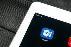 Microsoft słowa podaniowa ikona na Jabłczanego iPad Pro parawanowym zakończeniu Microsoft Office słowa ikona Microsoft Office na  fotografia stock