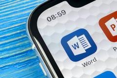Microsoft słowa podaniowa ikona na Jabłczany X iPhone parawanowym zakończeniu Microsoft Office słowa ikona Microsoft Office na te zdjęcie stock