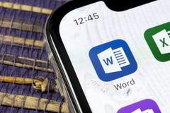 Microsoft słowa podaniowa ikona na Jabłczany X iPhone parawanowym zakończeniu Microsoft Office słowa ikona Microsoft Office na te zdjęcia royalty free