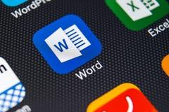 Microsoft słowa podaniowa ikona na Jabłczany X iPhone parawanowym zakończeniu Microsoft słowa ikona Microsoft Office na telefonie fotografia royalty free