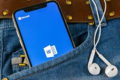Microsoft słowa podaniowa ikona na Jabłczany X iPhone parawanowym zakończeniu w cajgach wkładać do kieszeni Microsoft Office słow zdjęcia royalty free