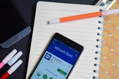 Microsoft Word App na Smartphone ekranie zdjęcie royalty free