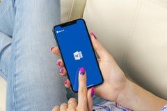 Microsoft Word podaniowa ikona na Jabłczany X iPhone parawanowym zakończeniu w kobiet rękach Microsoft Office słowa ikona Microso fotografia stock
