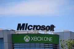 Microsoft xboxtecken på kontorsbyggnad arkivfoton