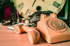 Microteléfono en un de madera Imagenes de archivo
