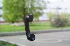 microtelefono abbandonato sulla via Il concetto della separazione, di solitudine, delle relazioni a distanza fotografia stock libera da diritti