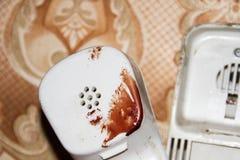 Microtelefono con le tracce di sangue fotografia stock