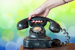 Microtelefono d'attaccatura della mano della donna fotografia stock libera da diritti