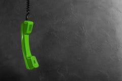 Microtelefono dal telefono della linea terrestre sulla parete del fondo fotografie stock libere da diritti
