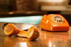 microtelefono di un telefono d'annata arancio fotografie stock