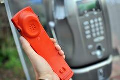 Microtelefono di un telefono pubblico immagini stock libere da diritti