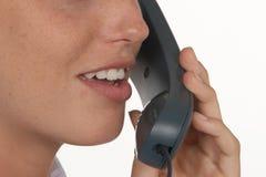 Microtelefono femminile del telefono e della bocca immagine stock