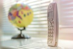 Microtelefono sui precedenti del globo immagine stock libera da diritti