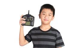 Microtelefono telecomandato del ragazzo della radio asiatica della tenuta per l'elicottero, d immagine stock