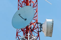 Microwave dishes on telecommunication tower Royalty Free Stock Photos