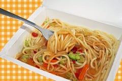 Microwaved-Mahlzeit von Nudeln, von Soße und von Gemüse Lizenzfreies Stockfoto