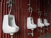 Mictório no banheiro do vintage do ` s dos homens imagens de stock