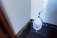 Mictórios brancos da porcelana nos toaletes imagens de stock