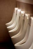 Mictórios brancos no banheiro dos homens. Fotografia de Stock