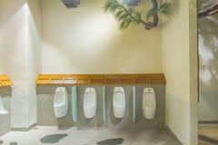 Mictórios no toalete fotos de stock