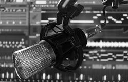 Mictophone冷凝器有软件的合理记录员演播室在黑白后的屏幕 库存图片