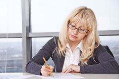 Mid adult woman  work with documents Royalty Free Stock Photos