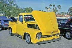 Mid-1950 giallo Rider Ford Truck basso immagini stock