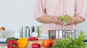 Mid section of woman preparing broccoli Royalty Free Stock Photos