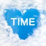 Mida el tiempo de la palabra dentro del cielo azul de la nube del amor solamente Fotos de archivo libres de regalías
