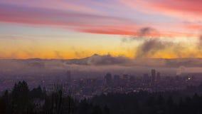 Mida el tiempo de Laspe de la niebla y de las nubes gruesas del balanceo sobre Portland Oregon y mt capilla en la salida del sol  almacen de video