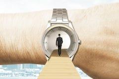 Mida el tiempo del concepto del viaje con el hombre de negocios que camina en los relojes encendido Fotos de archivo