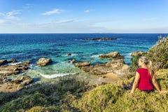 Mida el tiempo hacia fuera para admitir las vistas costeras hermosas de Australia fotografía de archivo libre de regalías