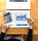 Mida el tiempo para los impuestos Busi de la contabilidad financiera del dinero de la gestión fiscal Fotografía de archivo libre de regalías