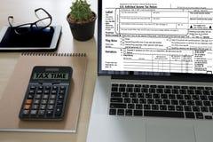 Mida el tiempo para los impuestos Busi de la contabilidad financiera del dinero de la gestión fiscal Foto de archivo