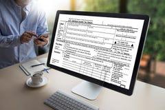Mida el tiempo para los impuestos Busi de la contabilidad financiera del dinero de la gestión fiscal Fotos de archivo libres de regalías