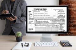 Mida el tiempo para los impuestos Busi de la contabilidad financiera del dinero de la gestión fiscal Foto de archivo libre de regalías