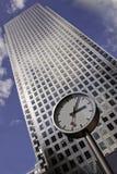 Mida el tiempo y el rascacielos de la ciudad, oficina corporativa Imagen de archivo