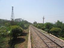 Mida la pista ferroviaria del indicador en el parque público para el safari Fotografía de archivo