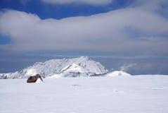 Midagahara领域在11月有雪山背景 免版税库存图片
